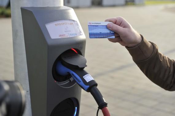 Elektrische Auto Opladen Aan Lantaarnpaal Verkeersnetverkeersnet