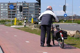 oudere op de fiets, senior
