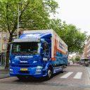 Grote, elektrische vrachtwagen in stad