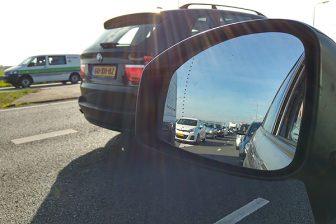 File op snelweg in autospiegel
