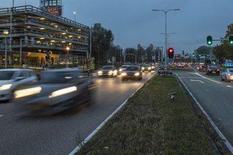 Auto's rijden 's nachts door centrum Utrecht