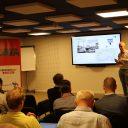 Deelnemers van de VERKEERSNET academy luisteren naar Will Clerx van de gemeente Rotterdam. FOTO Jasper Rodenhuis
