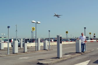 Bert Vanhorenbeeck, manager landside services op de luchthaven, toont het nieuwe parkeermanagementsysteem. FOTO Brussels Airport Company