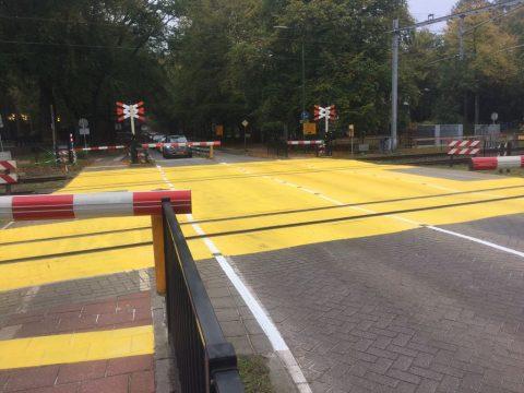 Als proef liet ProRail een spoorwegovergang in Baarn geel schilderen. FOTO ProRail