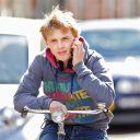 Een jongen belt tijdens het fietsen. FOTO Archief RijschoolPro