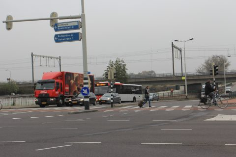 Weggebruikers op een kruispunt in Breda