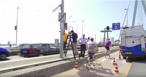 Installeurs plaatsen een nieuwe fietstelmeetsysteem van Cycle Data in Rotterdam. FOTO Cycle Data