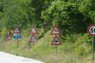 In Vlaanderen zorgt de grote hoeveelheid verkeersborden voor verwarring. FOTO Nieuwsblad Transport