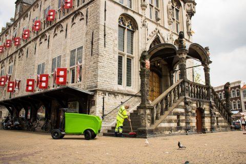 Een gemeentemedewerker gebruikt een Stint. FOTO Stint