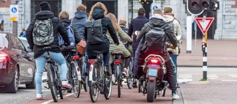 Een oude situatie: de snorfiets moet nu naar de rijbaan FOTO Gemeente Amsterdam