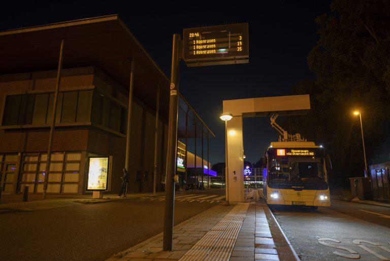 Een bus van Qbuzz laad op in Utrecht. FOTO Joulz