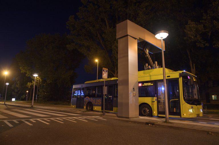 Een bus van Qbuzz laadt op. FOTO Joulz
