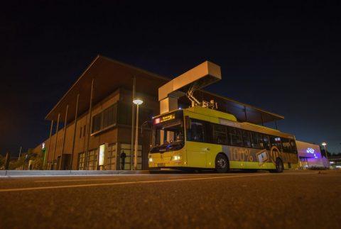 Een bus laadt op. FOTO Joulz