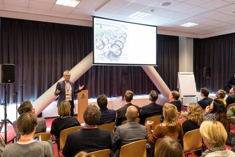 Bas Scholten op het MaaS Congres over beleid deelmobiliteit FOTO Richard T