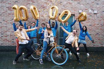 De gouden jubileum fiets werd afgelopen week bezorgd bij de nietsvermoedende Gwenn Goormans (24 jaar) in Antwerpen FOTO Swapfiets