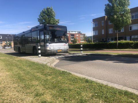 Een RET-bus rijdt over een Flexdrempel. FOTO TTS