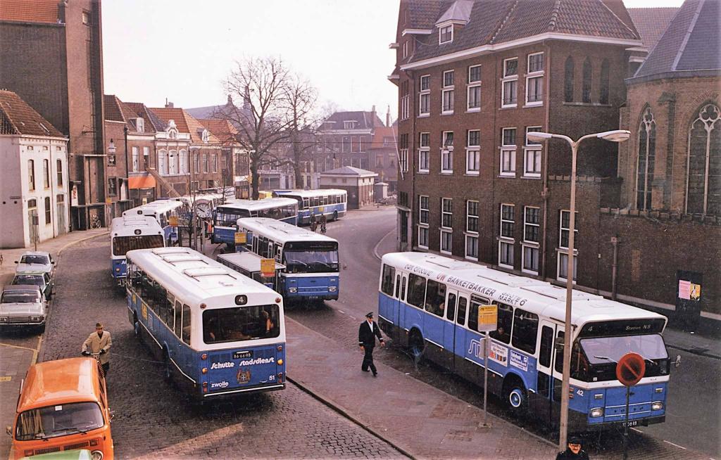 Het busstation aan het Gasthuisplein begin jaren 80 FOTO Hans Schutte