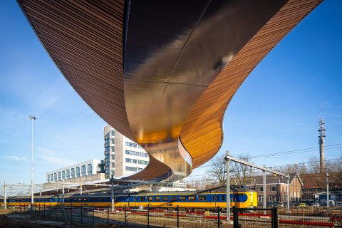 Onderkant Schuttebusbrug met bamboepanelen en langsrijdende trein FOTO Gemeente Zwolle