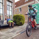 Een fietskoerier in actie. BEELD Fietskoeriers.nl
