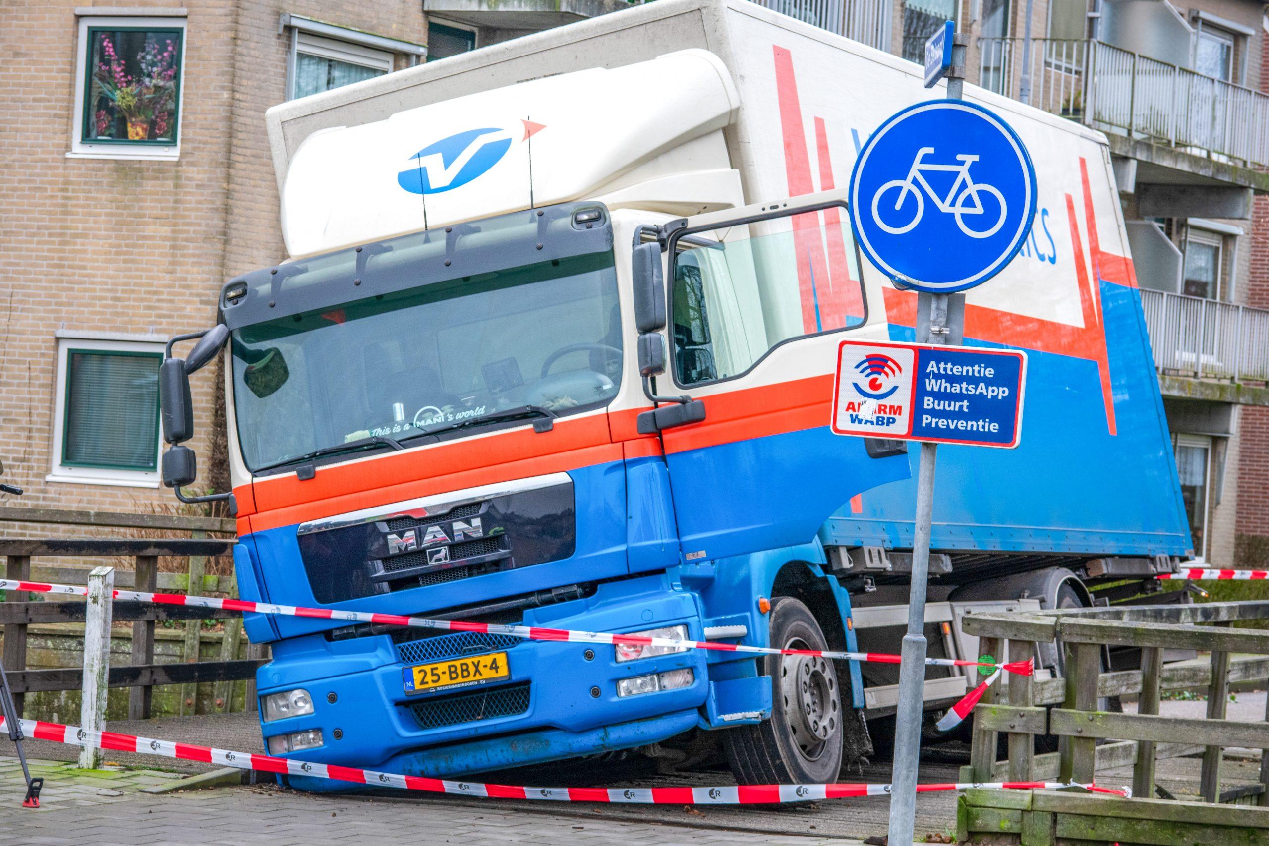 Middelburg Vrachtwagen Zakt Door Houten Fietsersbrug BEELD VENEMAMEDIA