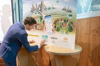 Edvard Hendriksen (Over Morgen) ondertekent de samenwerking met de gemeente Amsterdam. BEELD Over Morgen