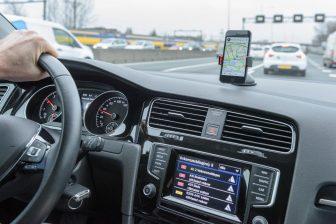 Navigatie en app op smartphone in de auto BEELD IenW, Tineke Dijkstra Fotografie