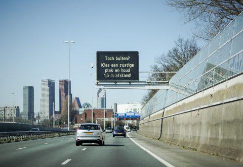 2020-03-23 14:09:59 DEN HAAG - Op een Dynamisch Route-InformatiePaneel boven de A12 wordt gewaarschuwd om je te houden aan de coronamaatregelen. ANP ROBIN VAN LONKHUIJSEN