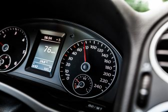 Snelheidsmeter, dashboard. Foto: iStock / artisteer