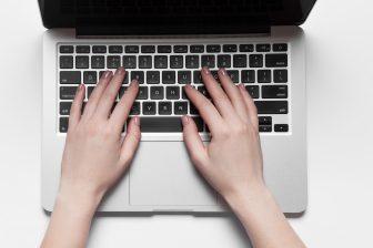 Laptop thuiswerken administratie BEELD iStock