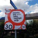 Verkeersbord voor 30 kilometer per uur in een wijk