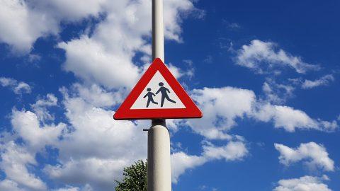 Verkeersbord: gevaar overstekende kinderen