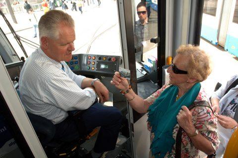 Dame stapt in GVB-tram in Amsterdam