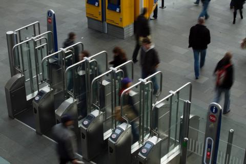 Incheckpoorten op station