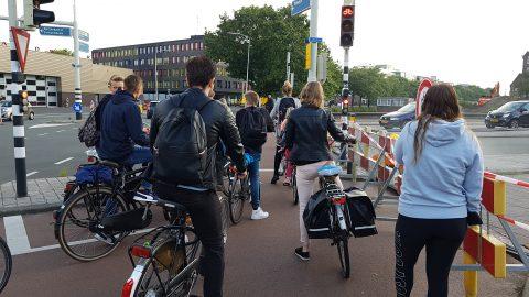 Vol fietspad voor verkeerslicht in Breda