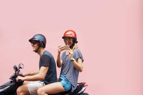 Jongere op scooter met smartphone (bron: TeamAlert)