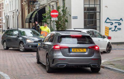 Verkeersregelaar aan het werk in binnenstad Utrecht