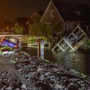 Bestuurder rijdt brug in stukken (bron: Petershotnews.nl)