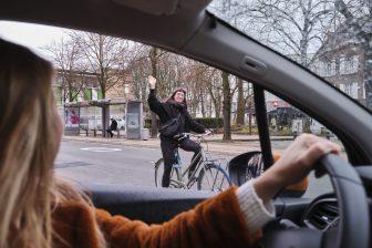 Autodeler zwaait naar een fietsers (bron: Autodelen.net)