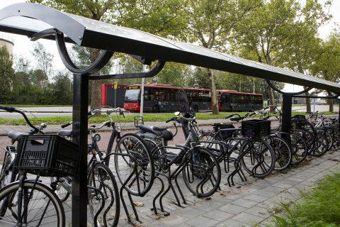 Bus Transdev bij fietsenstalling (foto Connexxion)