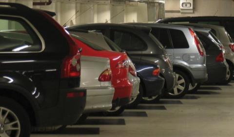 Geparkeerde auto's in parkeergarage