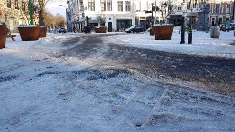 Gladde weg door sneeuw in Breda