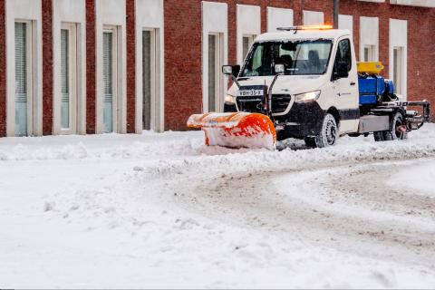 Sneeuwschuiver in Rotterdam, verkeersoverlast (bron: ANP)