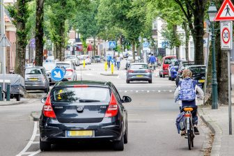 Auto's en fietsers op 30 kilometer-weg (foto: Paul Voorham/Sweco)