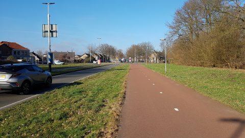 Fietspad naast autoweg in Breda richting rotonde