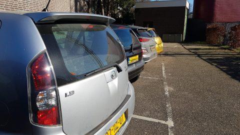 Geparkeerde auto's op afgesloten parkeerplaats