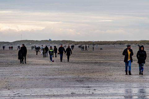 Bezoekers op Hoek van Holland Strand (bron: ANP)