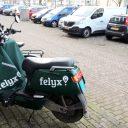Felyx scooter voor fietsen en geparkeerde auto's