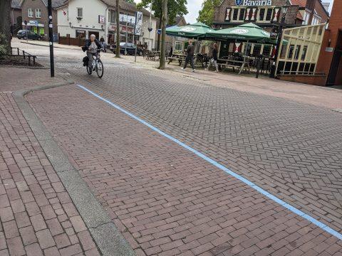 Parkeerplaats met blauwe streep