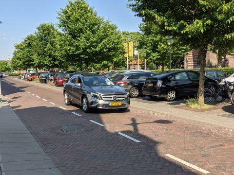 SUV in Breda voor geparkeerde auto's