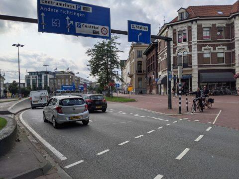Auto's rijden tunnel in binnenstad Arnhem